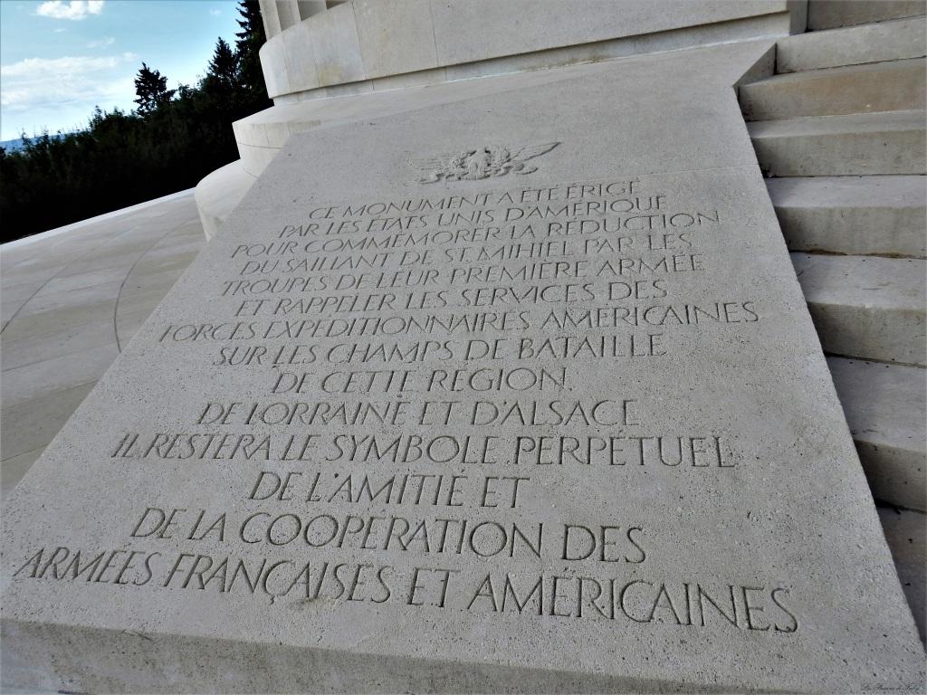 Ce monument a été érigé par les Etats-Unis d'Amérique pour commémorer la réduction du Saillant de St-Mihiel par les troupes de leur première armée et rappeler les services des forces expéditionnaires américaines sur les champs de bataille de cette région de Lorraine et d'Alsace. Il restera le symbole perpétuel de l'amitié de de la coopération des armées françaises et américaines.