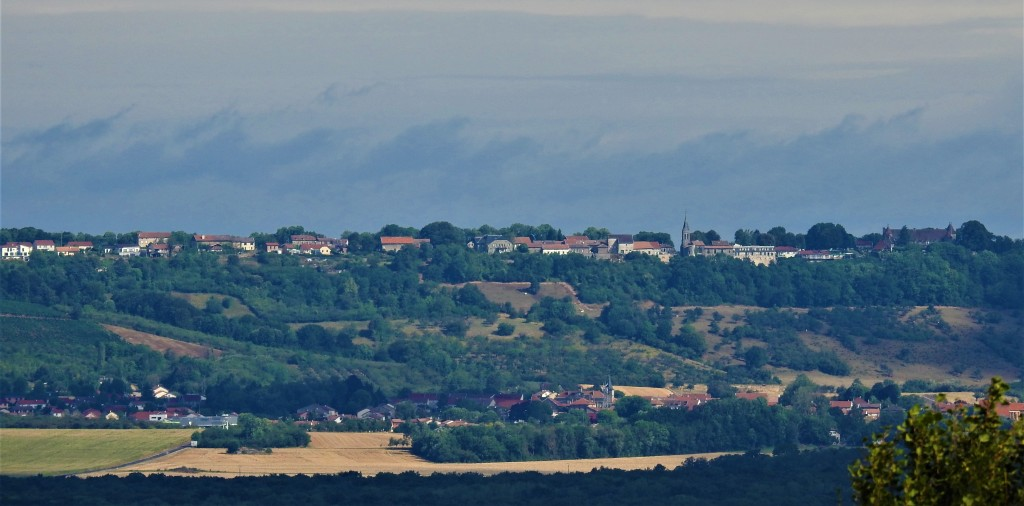 Vue sur Hattonchâtel (55210) sur la côte et au bas de la côte Vigneulles-les-Hattonchâtel (55210) les-passions-de-faby.com